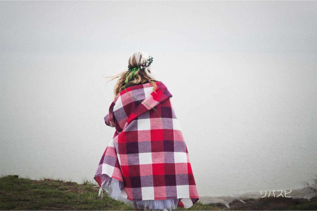 毛布に包まれている女性