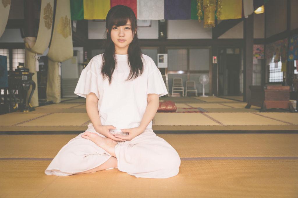 座禅してマインドフルネス瞑想をする女の子