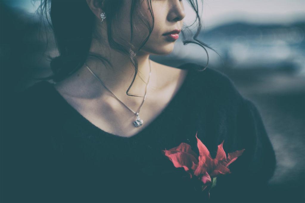 遠くを見つめてる無表情な女の子