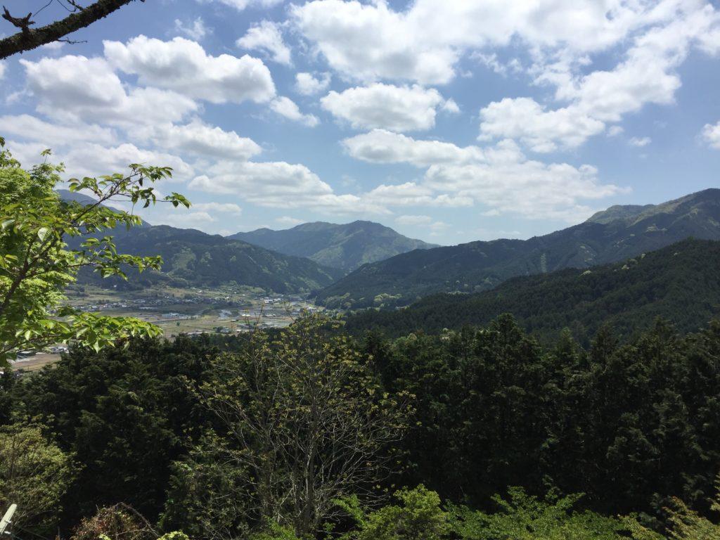 田舎の山の頂上から見える昼の風景