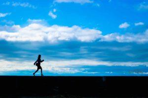 自分らしい生き方を見つけるために一人で道を歩く人の画像