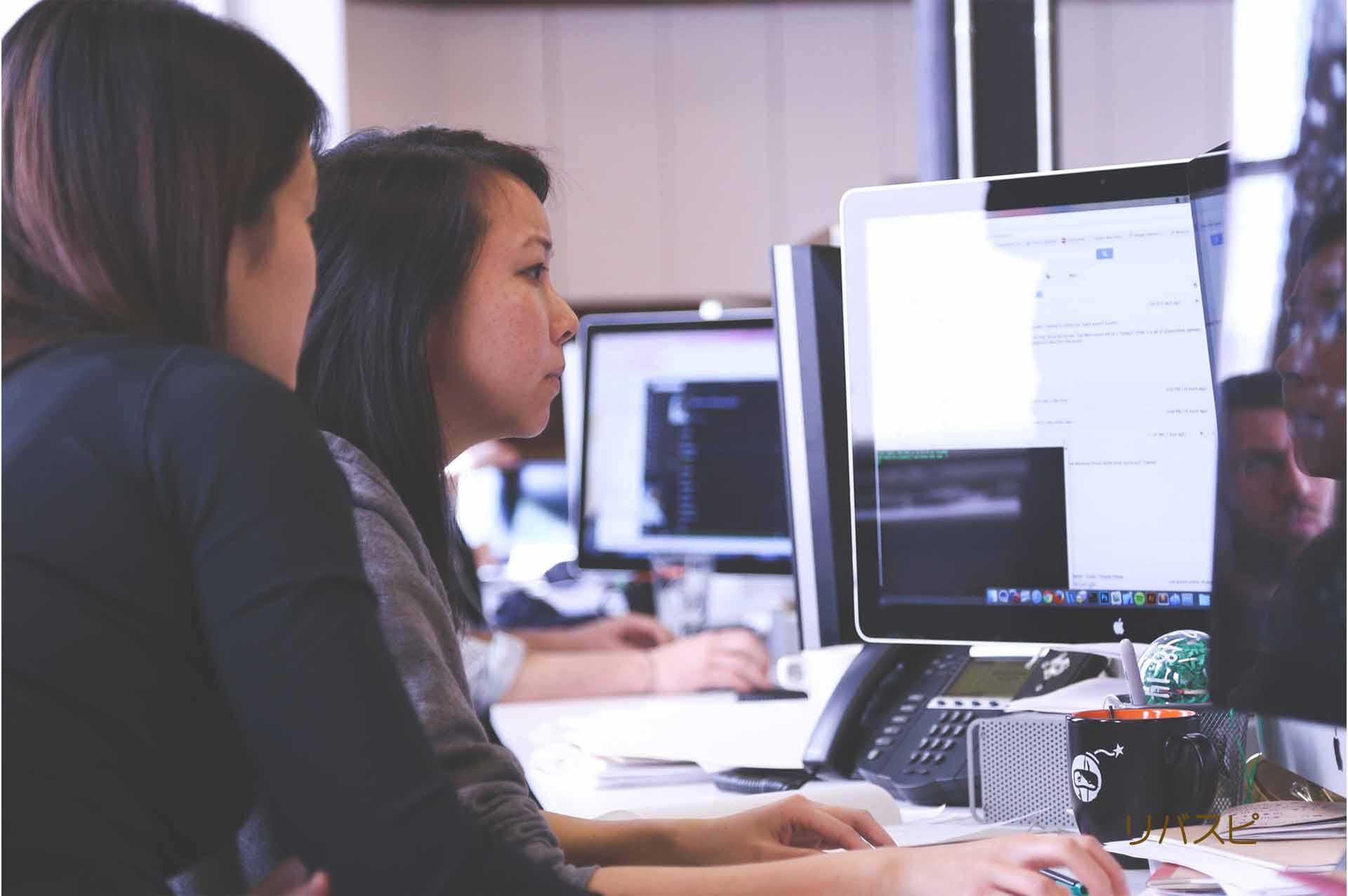大丈夫じゃないのに大丈夫と言ってしまい表情に余裕がなくパソコンに向かう女性