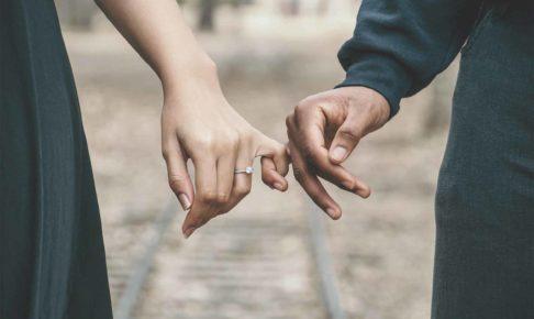 小指だけで手をつなぐ男女でお互いを理解している