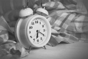生活リズムの為に午前6時20分を指している目覚まし時計