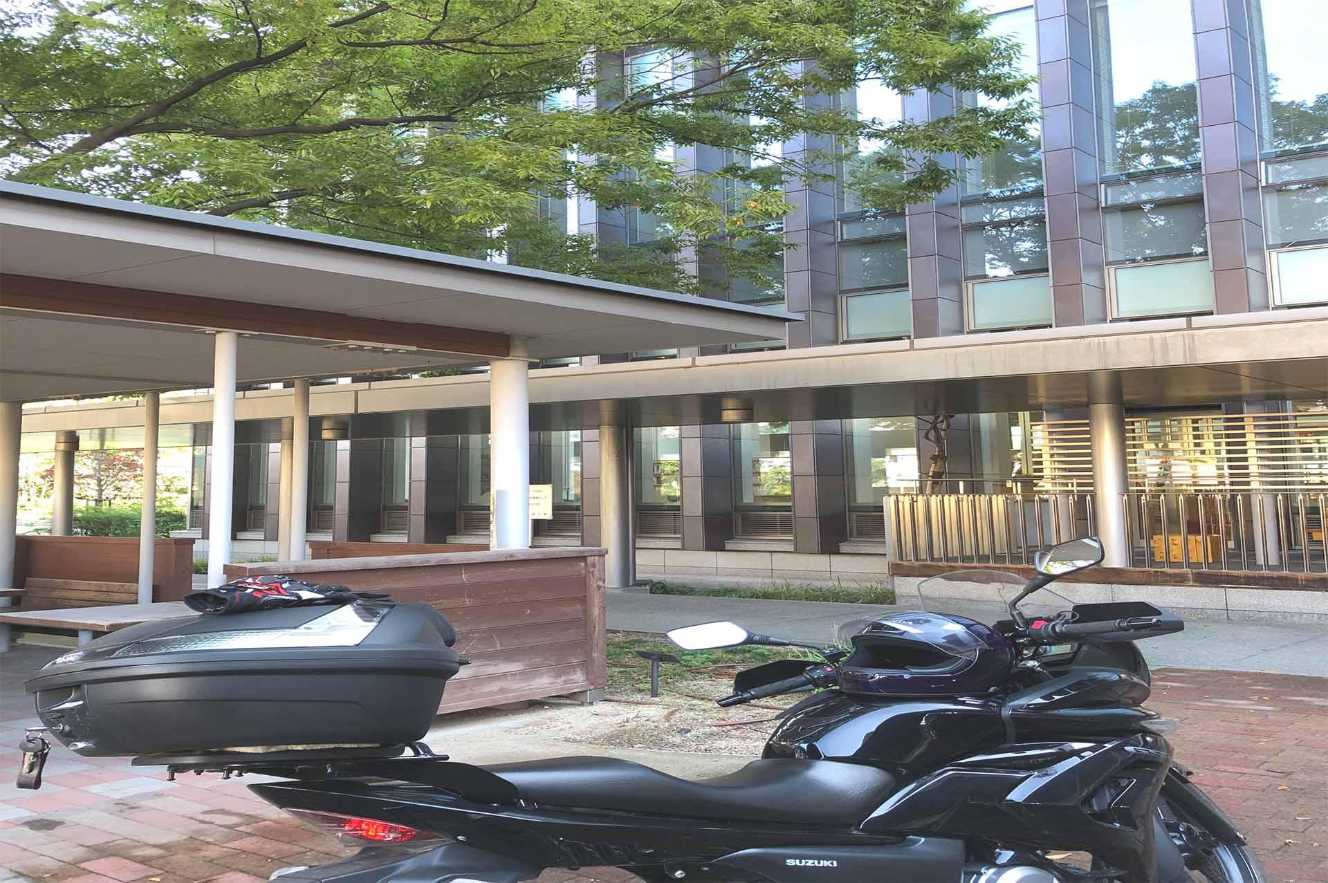 図書館利用するために外観前に止まっているバイク