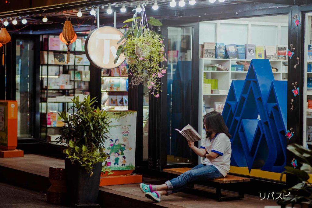 本屋にいって自分の関心のある本を見つける女性