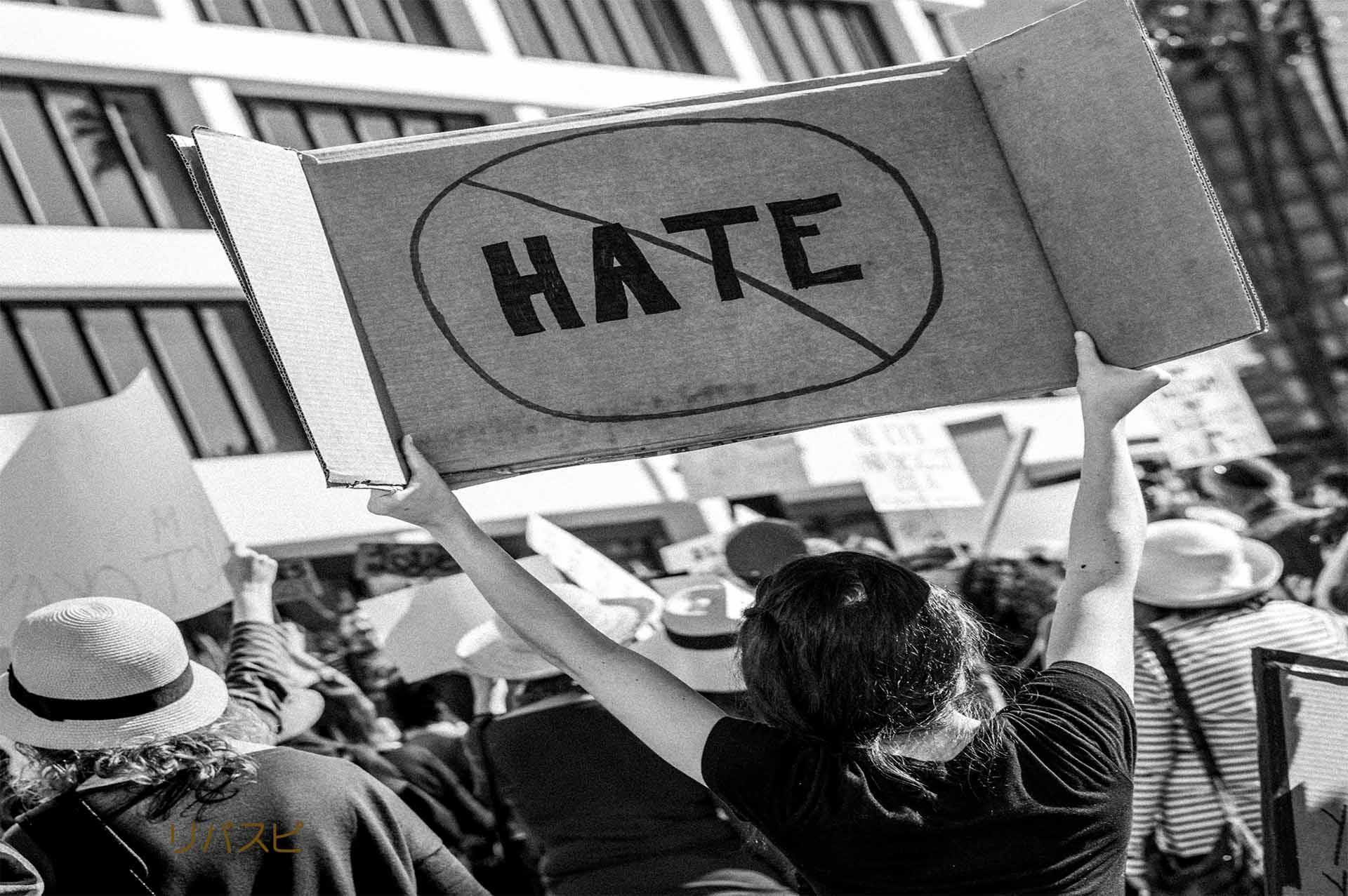 自分のことが嫌になって自分自身に抗議している女性の写真